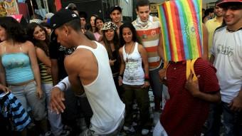 Jóvenes bailan hip hop en una fiesta callejera. Tel Aviv, Israel, 4 de mayo de 2007. / Pavel Wolberg /EFE