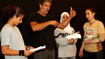 Juliano dirigiendo un ensayo con un grupo de alumnas de El Teatro de la Libertad. Yenín, Palestina, 4 de abril de 2007. / Lu Yingxu /EFE