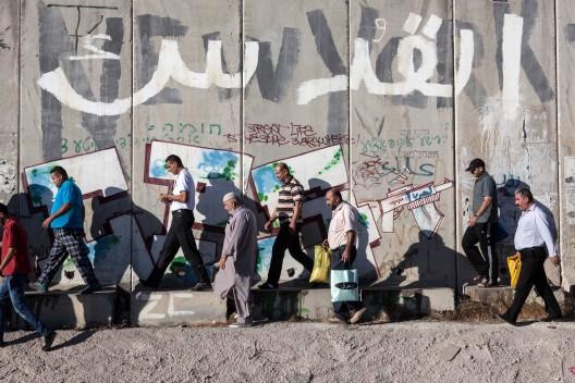 palestinos caminando muro separación