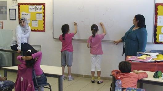 Clase primaria mixta judíos y palestinos en Jerusalén.