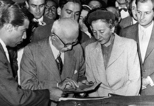 Ismet Inönü –ex presidente y entonces líder de la oposición– y su esposa
