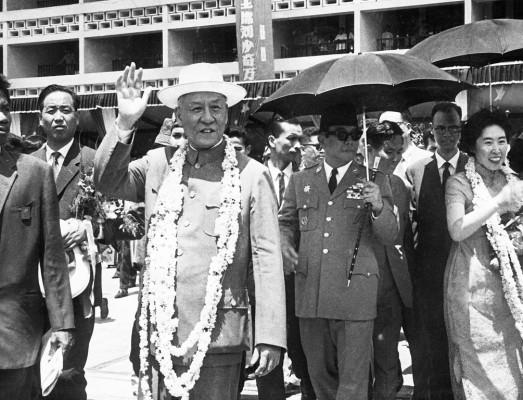 El presidente del Gobierno, Achmed Sukarno (d) y su esposa