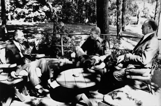 El presidente de Egipto, Anwar el Sadat, de Estados Unidos, Jimmy Carter, y el primer ministro de Israel, Menajem Beguin, en los jardines de la residencia presidencial de Camp David