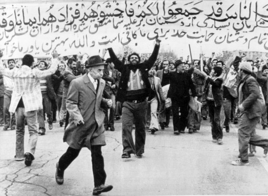 Seguidores del líder moderado Sayed Kazem Shariatmadari se manifiestan contra el referéndum convocado por el Ayatolá Jomeini