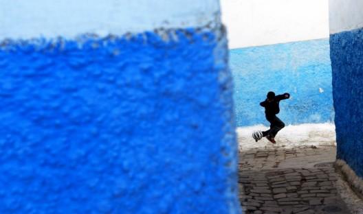 Un niño juega por las calles de la kasba Ouadia. Rabat