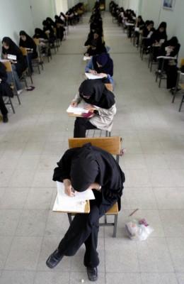 Estudiantes iraníes realizan un examen en la Universidad