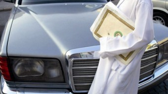 Niño saudí con un ejemplar del Corán