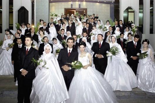 Treinta y seis parejas sirias durante una boda múltiple en un centro deportivo
