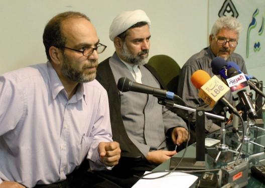 Los periodistas Mashallah Shamsolvaezin, Mohsen Kadivar y Ali Hekmat, de la Asociación Iraní por la Libertad de Prensa