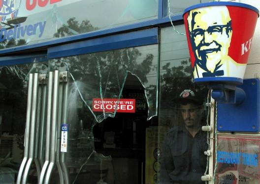 Un escaparate roto de la cadena de restaurantes norteamericana KFC tras una manifestación