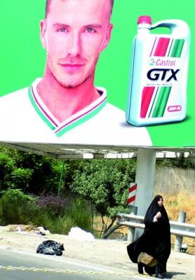Cartel con la imagen de la estrella de fútbol inglés David Beckham en la autopista principal de Modaress