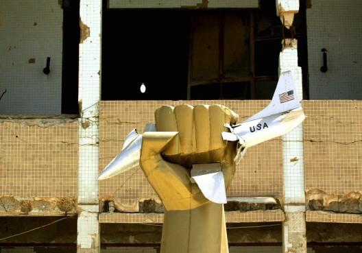 Estatua frente a la casa del líder libio Muammar Gaddafi destruida durante el bombardeo del ejército de EEUU el 15 de abril de 1986