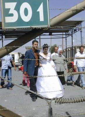 Una pareja de novios cruza el paso de control de Quneitra