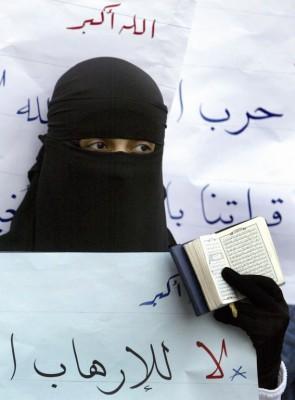 Una universitaria egipcia sostiene un ejemplar del Corán durante las protestas en la Universidad de El Cairo