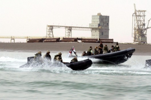 Marines estadounidenses y tropas británicas patrullan las aguas de Basora en el sur de Iraq como parte de una campaña contra el contrabando de petróleo