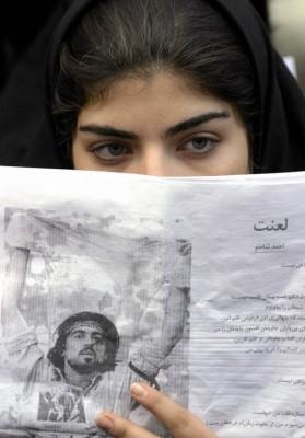 Una estudiante muestra una foto de Ahmad Batebi, activista pro-derechos humanos detenido durante las protestas de julio de 1999