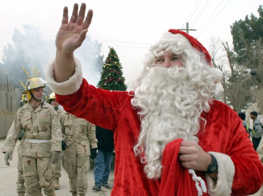 Un soldado norteamericano disfrazado de Santa Claus durante un desfile navideño en la Base aérea de Bagram, Afganistán
