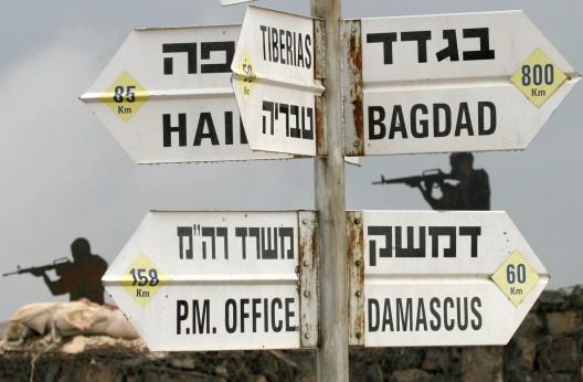 Recortables de siluetas de soldados israelíes tras sacos de arena en los Altos del Golán,