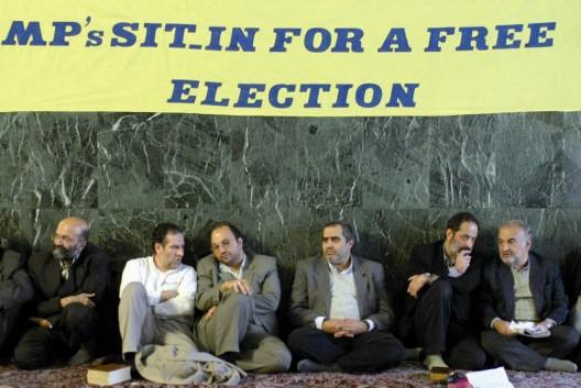 Diputados iraníes durante una protesta contra el veto a más de 2.000 candidatos reformistas a las elecciones al Parlamento