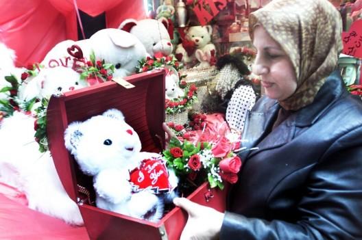 Una mujer observa regalos para el día de San Valentín