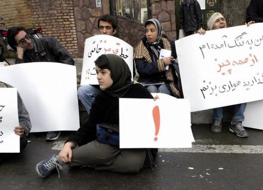Estudiantes iraníes protestan ante el palacio presidencial