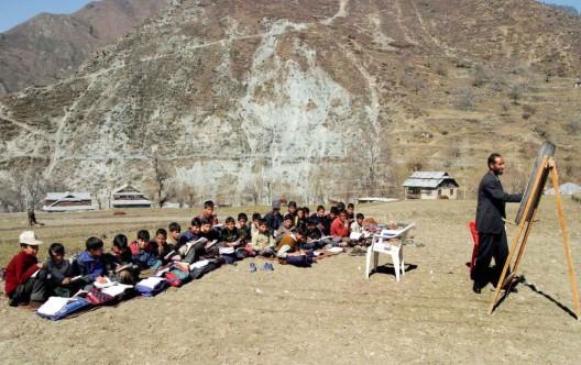 Un profesor imparte una clase al aire libre