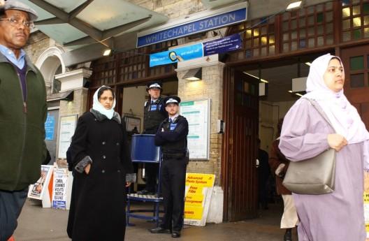 La policía de Londres monta guardia a la entrada del metro en la estación de Whitechapel