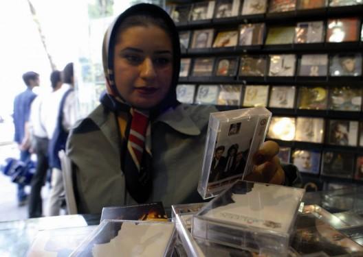 Una joven adquiere una casete de la banda de rock Queen