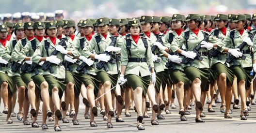Mujeres soldado marchan