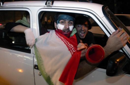 Seguidores de la selección nacional iraní celebran la victoria de su equipo en la fase de clasificación para el Mundial de Fútbol de Alemania 2006