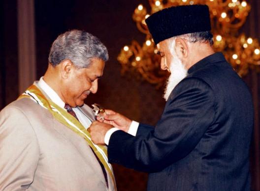 El arquitecto del programa nuclear de Pakistán, Dr. Abdul Qader Jan (izda) recibe el mayor honor civil del país de manos del entonces Presidente Rafia Tarar