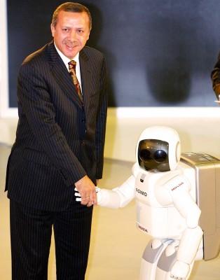 El primer ministro Erdogan saluda al robot ASIMO, diseñado por la compañía Honda