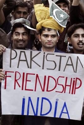 Hinchas del equipo de hockey de Pakistán celebran el décimo-segundo partido del 26 Trofeo de Campeones de Hockey entre India y Pakistán