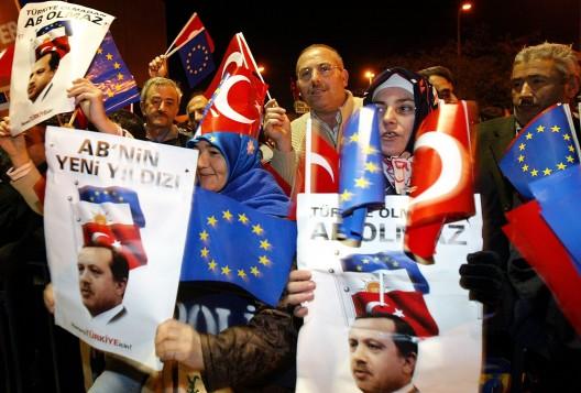 Seguidores del AKP reciben al primer ministro Erdogan