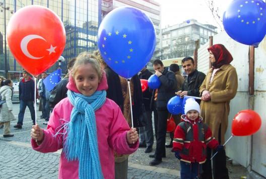 Niños con globos de la UE y Turquía