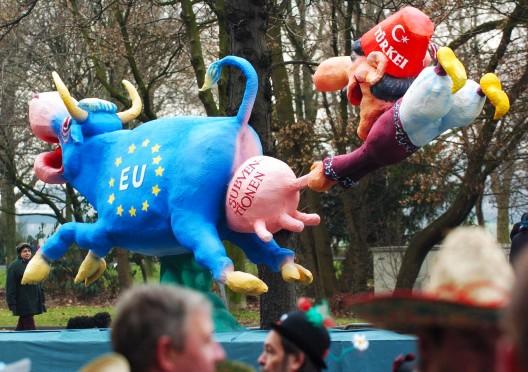 Una carroza de carnaval muestra una visión de la relación entre la adhesión turca a la UE y los subsidios que ésta concede