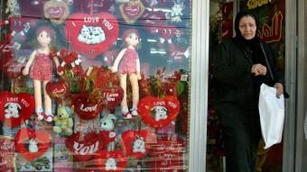 Escaparate de una tienda con regalos para el día de San Valentín