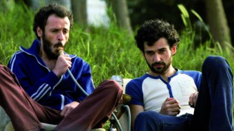 """Fotograma de la película """"Paradise Now"""" en el que aparecen los dos protagonistas, Jaled y Said, del director Hany Abu-Assad"""