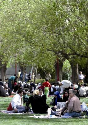 Un grupo de iraníes festejan el Sizdah bi Dar, decimotercer día de Noruz, o año nuevo iraní