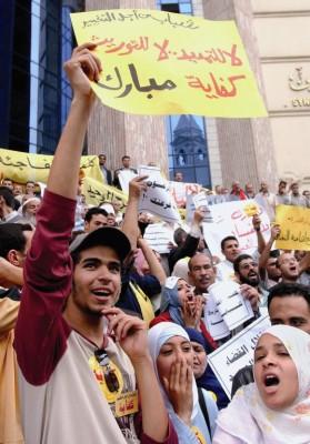 """Cientos de personas protestan durante una manifestación convocada por el movimiento """"Kifaya"""""""