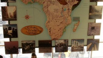Un mapa del mundo árabe en la entrada del Museo Nacional de los Árabes Americanos en la ciudad de Dearborn