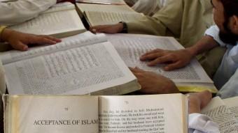 Estudiantes religiosos paquistaníes leen el Corán en una escuela de religión local