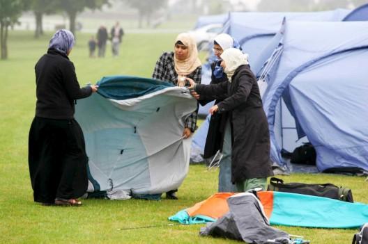 """Unas jóvenes montan su tienda al llegar al """"Living Islam"""""""