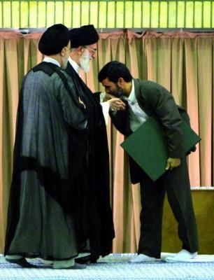 El presidente de Irán, Mahmud Ahmadineyad (derecha), besa la mano del líder supremo iraní, Ayatolá Alí Jamenei (centro)