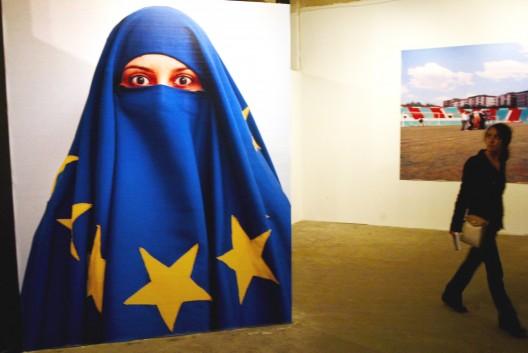 Una visitante mira una obra del artista Burak Delier expuesta en la Bienal de Estambul