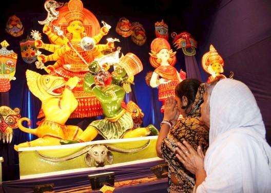 Mujeres hindúes durante el comienzo del gran festival Durga Puja