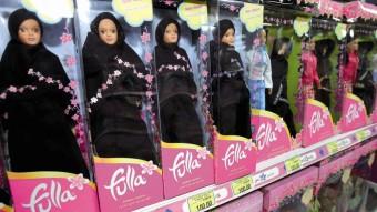 Varios ejemplares de la muñeca Fulla expuestos en una estantería de los almacenes de juguetes 'Toys R Us'