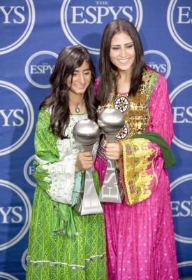 Las afganas Rola Noor Ahman y Shamila Abdul Wakill posan con el Premio Arthur Ashe al Valor durante la entrega de los Premios ESPY en el Teatro Kodak de Hollywood