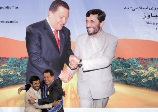 El presidente iraní, Mahmud Ahmadineyad (izquierda), impone a su homólogo venezolano, Hugo Chávez, el medallón de honor por sus esfuerzos contra el imperialismo