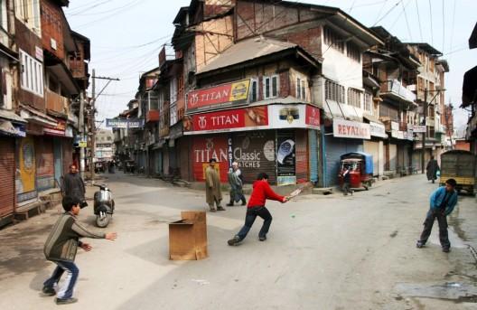 Niños juegan al cricket